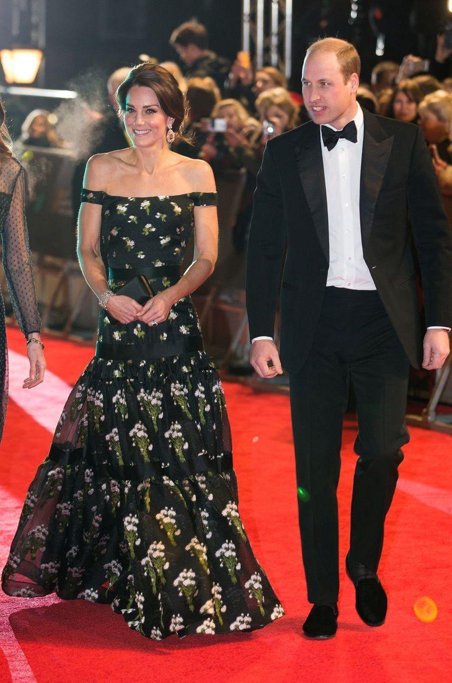 La duchesse de Cambridge, née Kate Middleton, en Alexander McQueen avec le prince William à Londres, le 12 février 2017