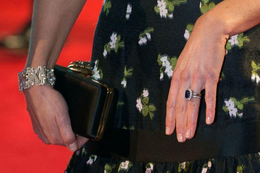 """La duchesse de Cambridge, née Kate Middleton, porte le bracelet """"Wedding Gift Bracelet"""" de la reine Elizabeth II à Londres, le 12 février 2017"""