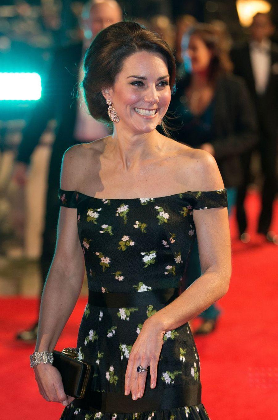 Détail du décolleté de la duchesse de Cambridge, née Kate Middleton, à Londres, le 12 février 2017