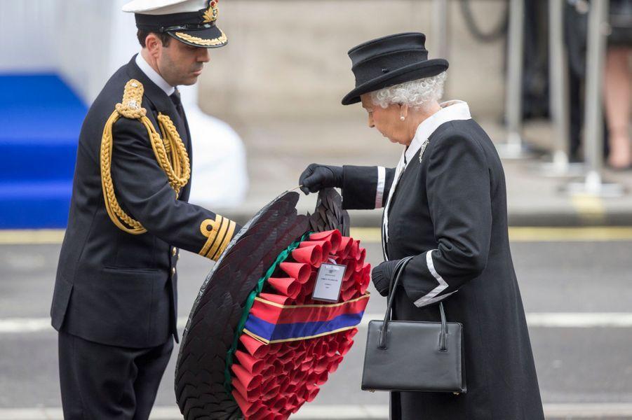 La reine Elizabeth II au Cénotaphe à Londres, le 25 avril 2015