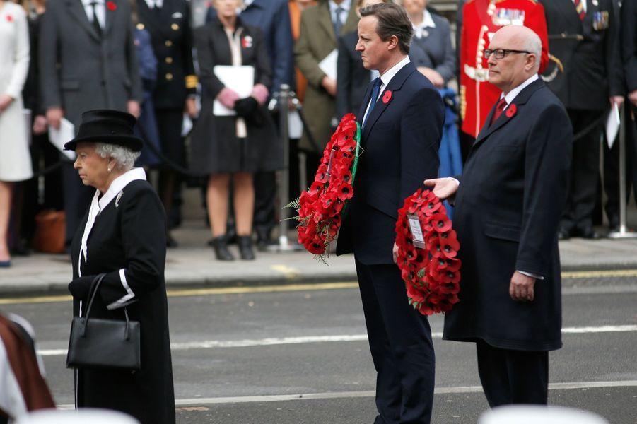 La reine Elizabeth II avec David Cameron au Cénotaphe à Londres, le 25 avril 2015