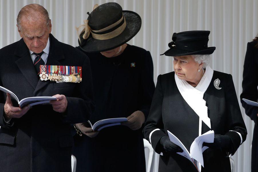La reine Elizabeth II et le princes Philip au Cénotaphe à Londres, le 25 avril 2015