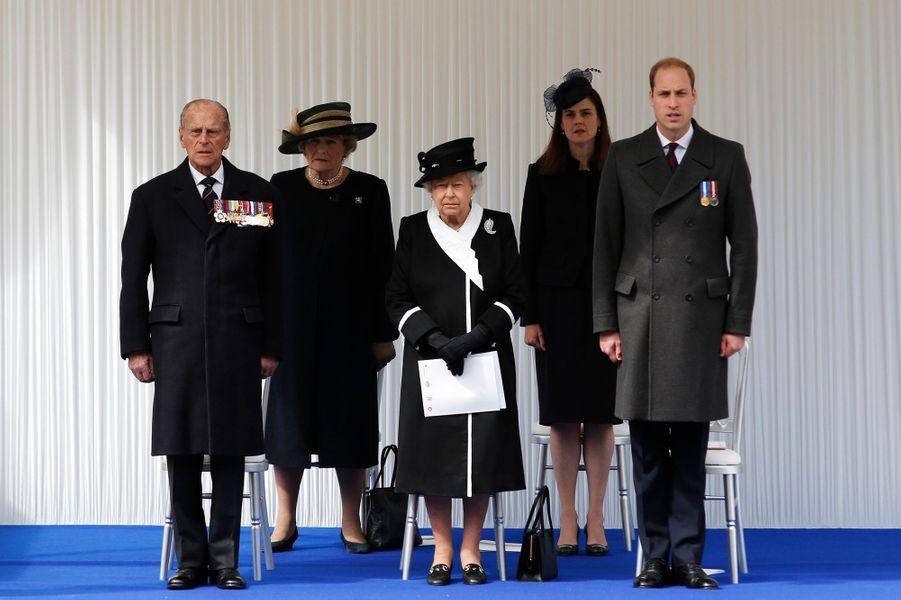 La reine Elizabeth II et les princes Philip et William au Cénotaphe à Londres, le 25 avril 2015