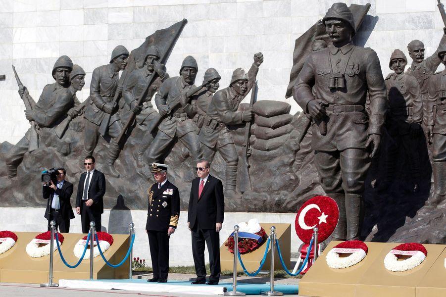 Le prince Charles avec le président turc Tayyip Erdogan au Canakkale Martyrs' Memorial à Gallipoli, le 24 avril 2015