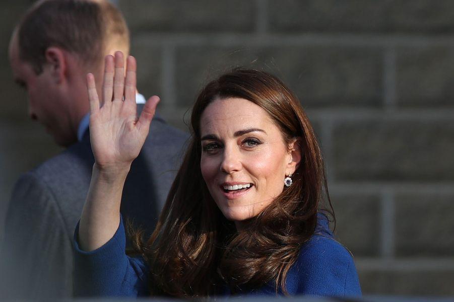 Peut-on être plus radieuse que la Duchesse de Cambridge ? Kate née Middleton a illuminé de son sourire le déplacement officiel de son mari le prince William sur le site du constructeur McLaren.