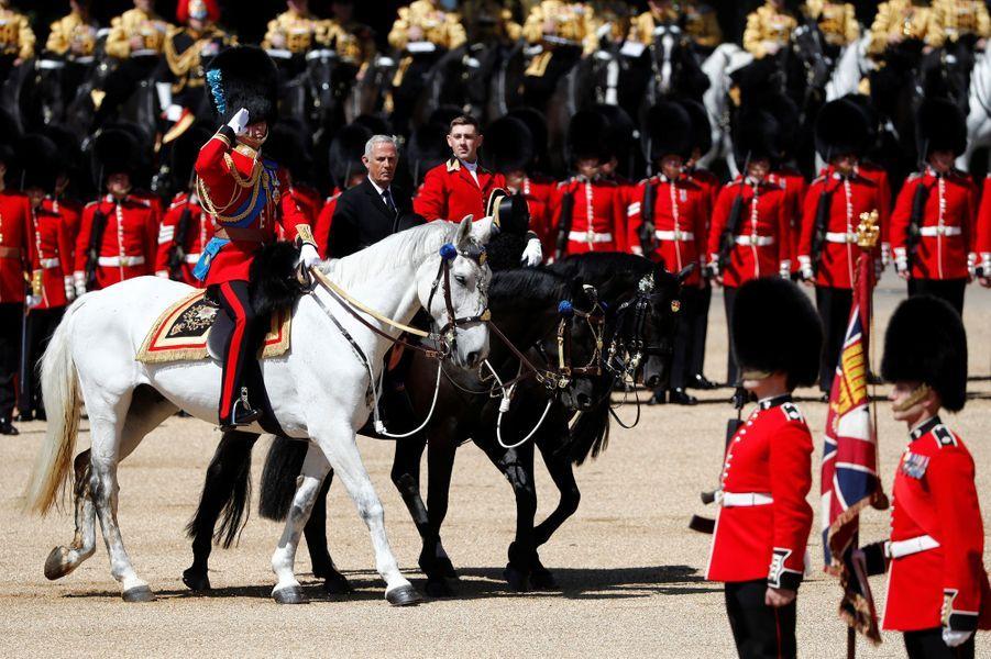 Le prince William en uniforme à une répétition de Trooping the Color à Londres, le 10 juin 2017