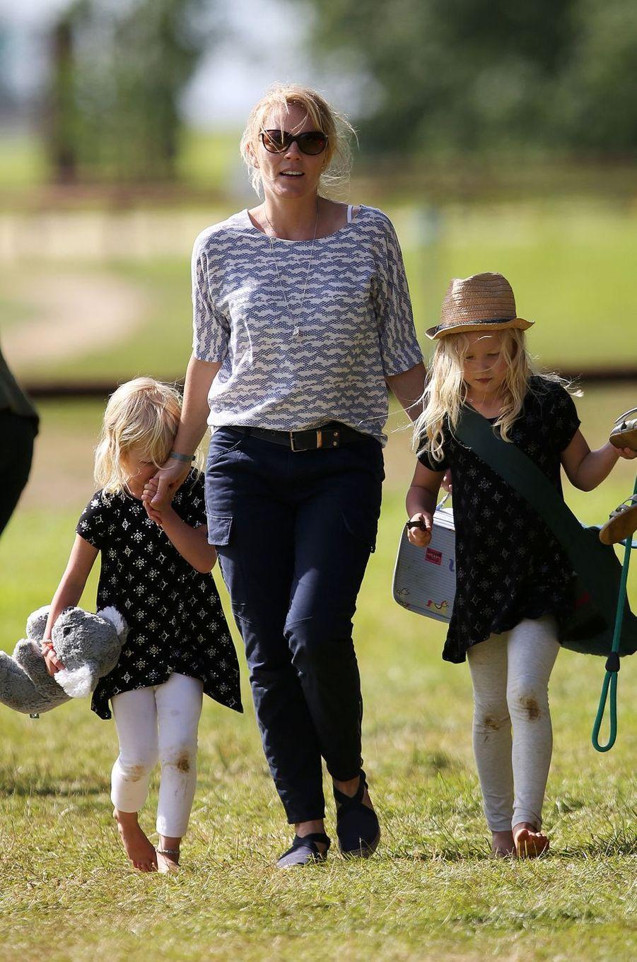 Autumn Phillips avec ses filles Isla et Savannah à Tetbury, le 11 juin 2017