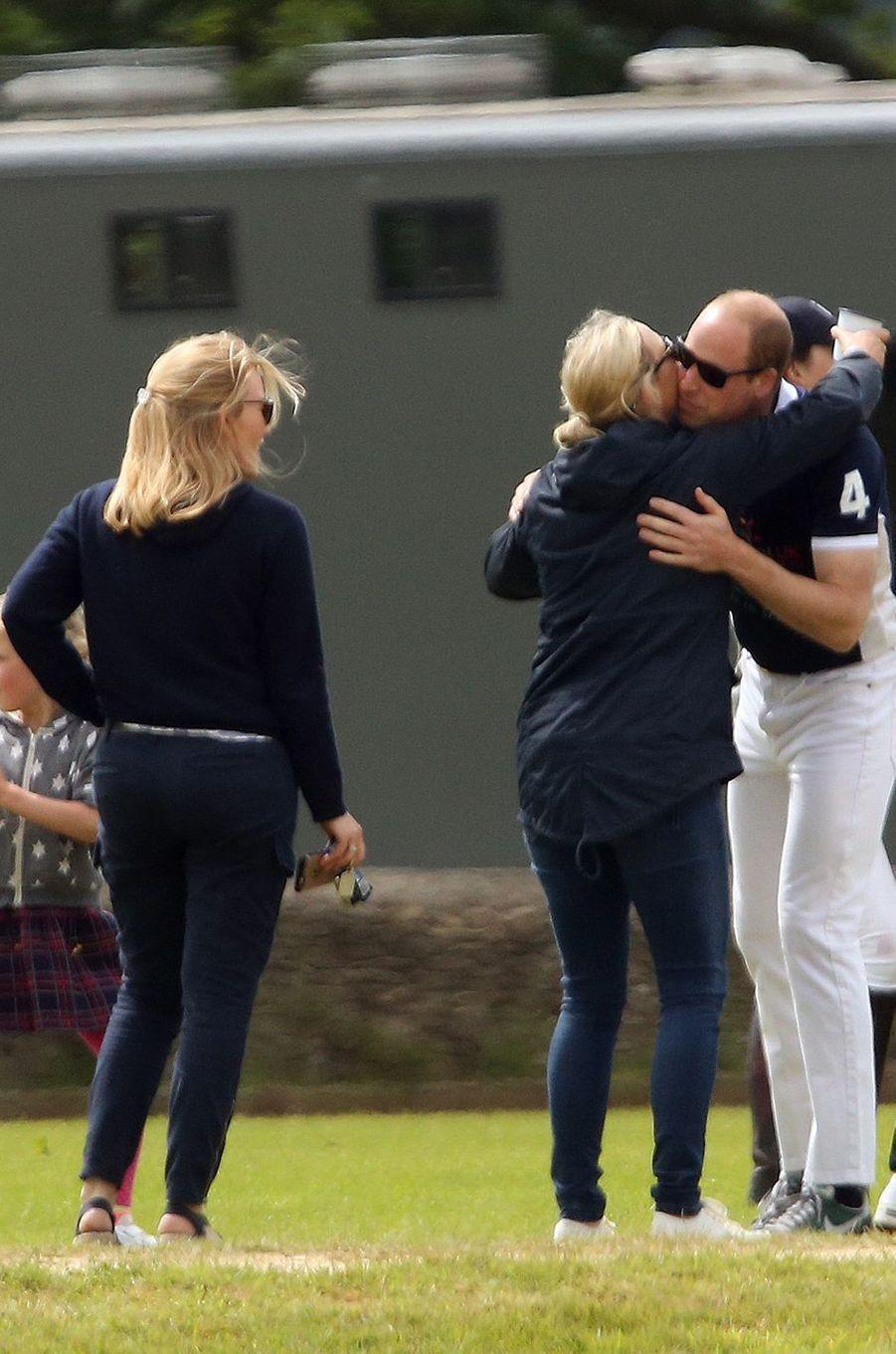 Le prince William avec sa cousine Zara Phillips à Tetbury, le 11 juin 2017