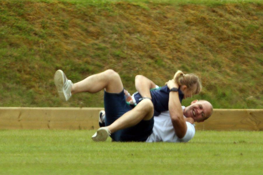 Mia avec son père Mike Tindall à Tetbury, le 11 juin 2017