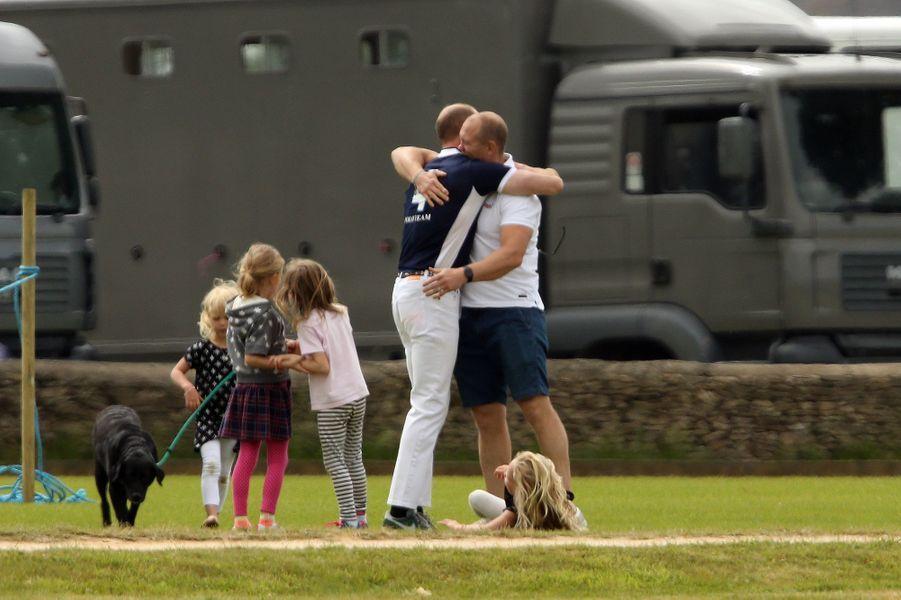 Le prince William avec Mike Tindall, le mari de sa cousine Zara Phillips, à Tetbury le 11 juin 2017