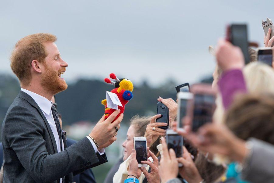Bain de foule pour le prince Harry en Nouvelle-Zélande