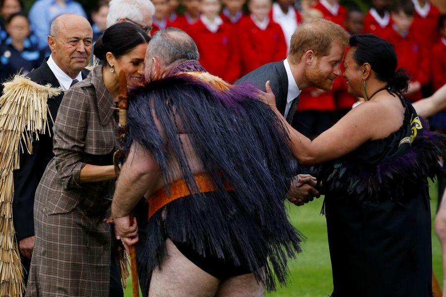"Le prince Harry et Meghan effectuent le salut traditionnel maori, le ""hongi"""