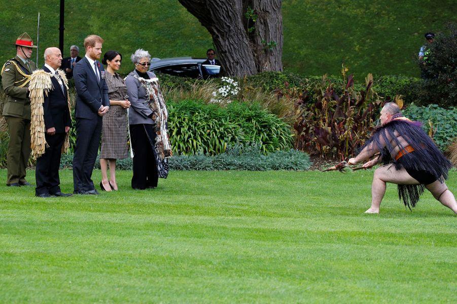 Le prince Harry et Meghan regardent la cérémonie d'accueil traditionnelle maorie, en Nouvelle-Zélande