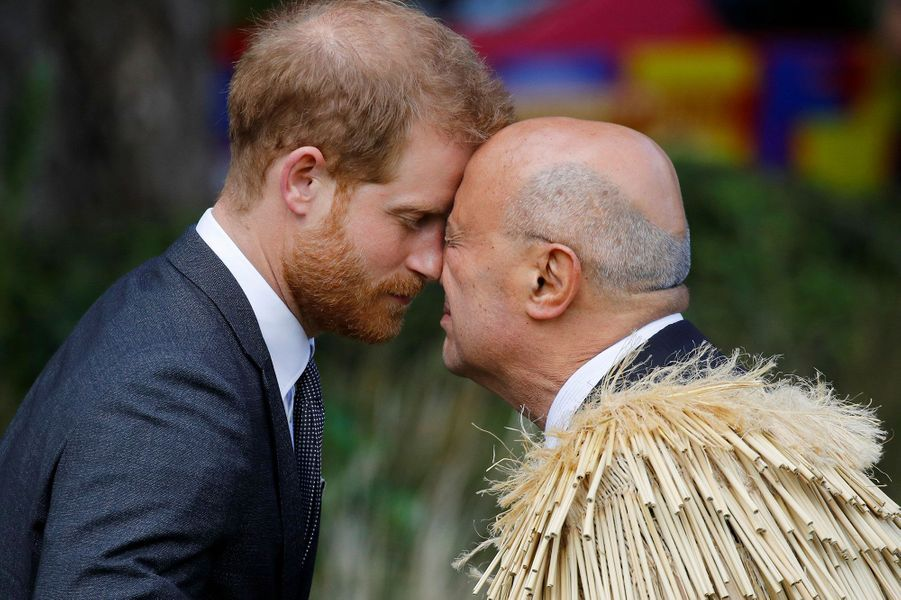 "Le prince Harry effectue le salut traditionnel maori, le ""hongi"""