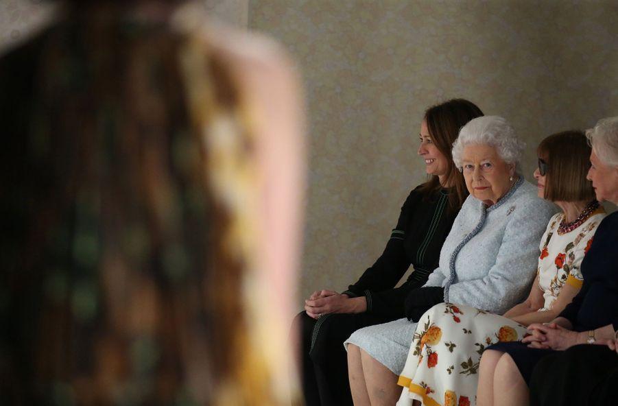 La Reine Elizabeth II À La Fashion Week De Londres Pour La Première Fois 1
