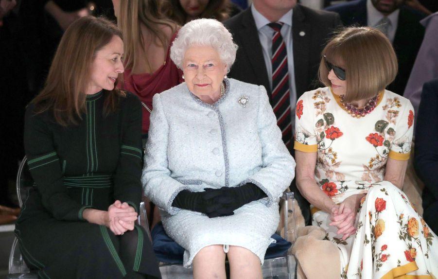 La Reine Elizabeth II À La Fashion Week De Londres Pour La Première Fois 12