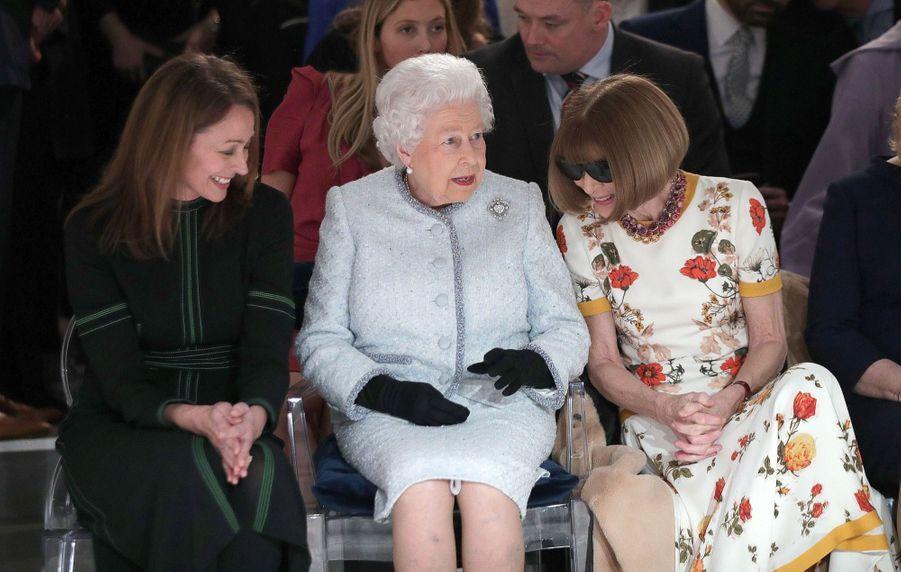 La Reine Elizabeth II À La Fashion Week De Londres Pour La Première Fois 13