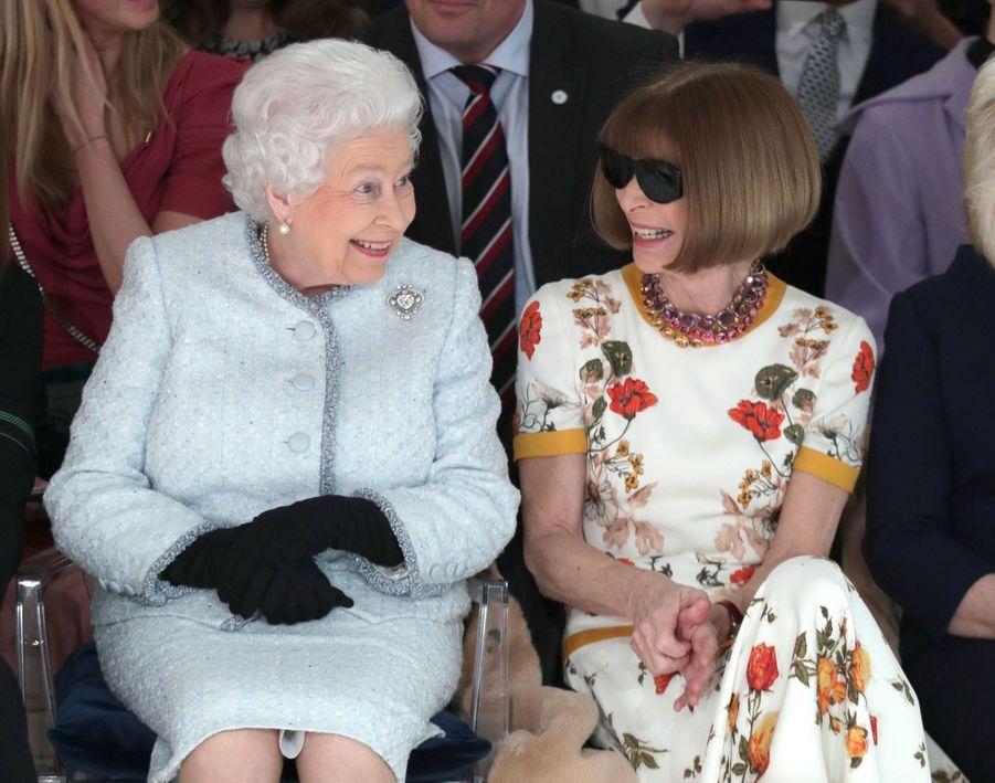 La Reine Elizabeth II À La Fashion Week De Londres Pour La Première Fois 15
