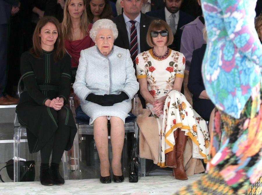 La Reine Elizabeth II À La Fashion Week De Londres Pour La Première Fois 16