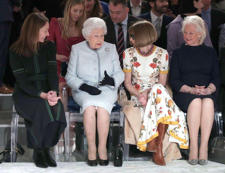 La Reine Elizabeth II À La Fashion Week De Londres Pour La Première Fois 17