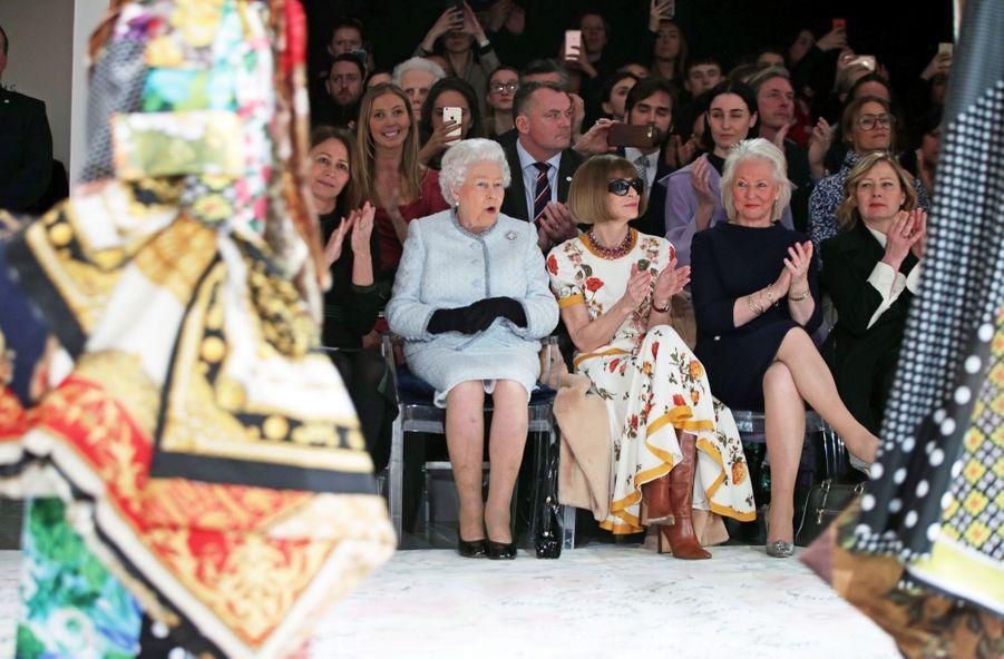La Reine Elizabeth II À La Fashion Week De Londres Pour La Première Fois 18