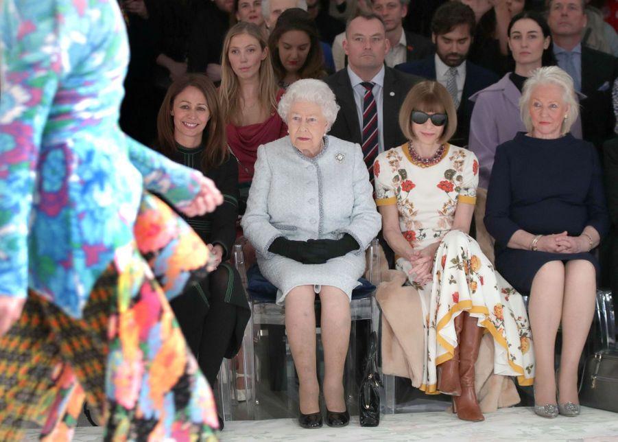 La Reine Elizabeth II À La Fashion Week De Londres Pour La Première Fois 19