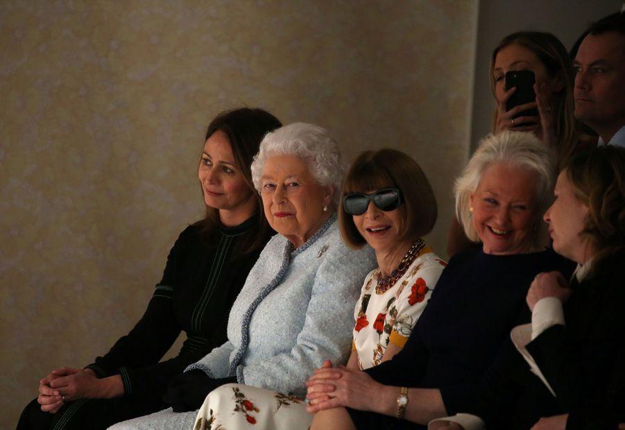 La Reine Elizabeth II À La Fashion Week De Londres Pour La Première Fois 2