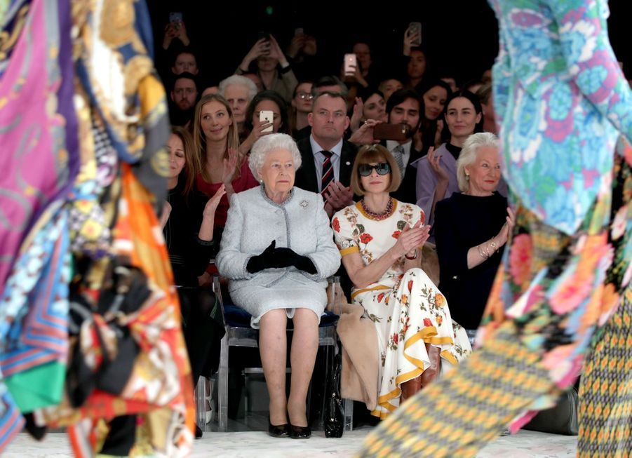 La Reine Elizabeth II À La Fashion Week De Londres Pour La Première Fois 20