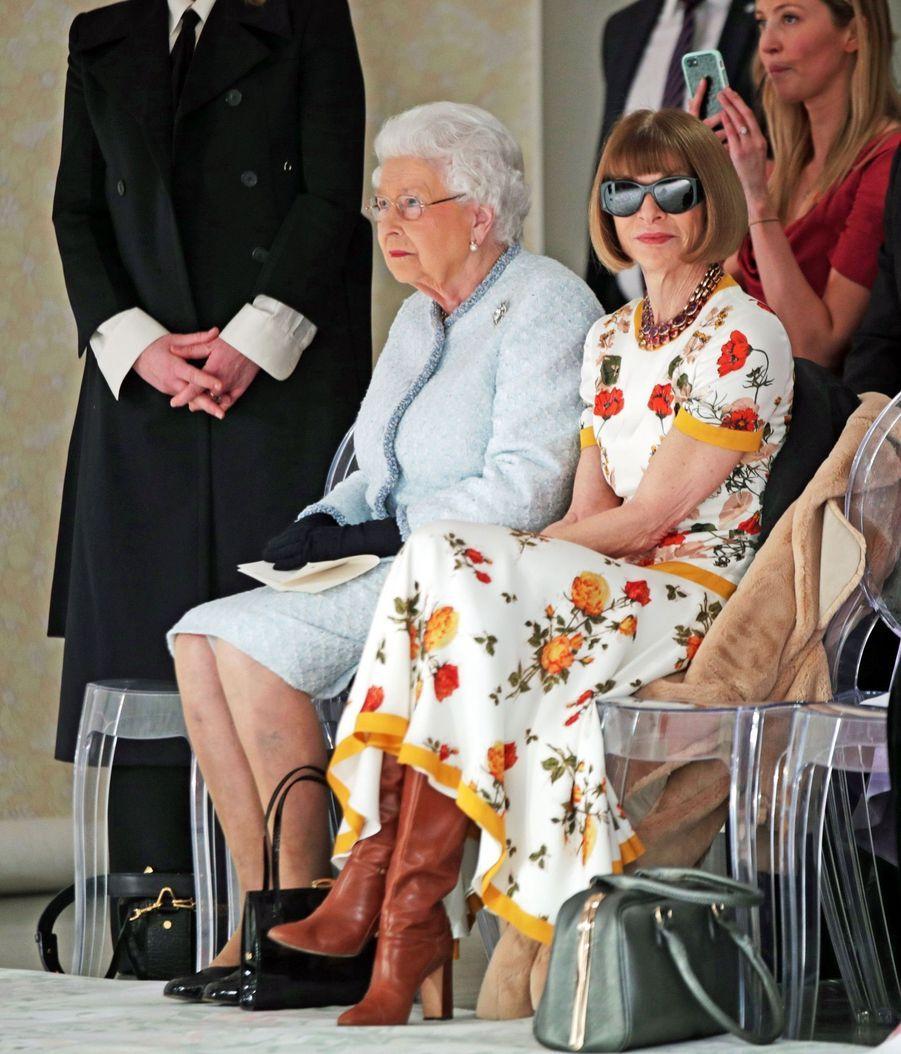 La Reine Elizabeth II À La Fashion Week De Londres Pour La Première Fois 21