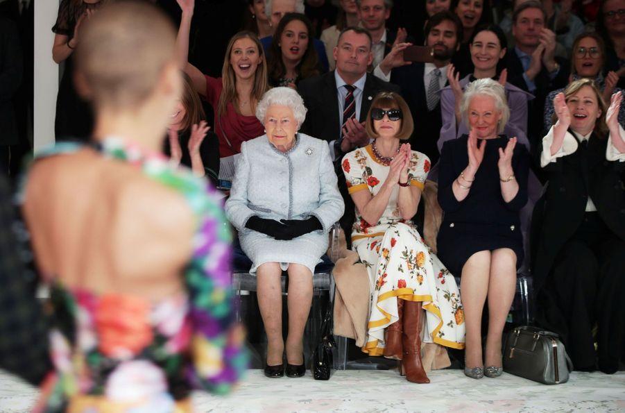 La Reine Elizabeth II À La Fashion Week De Londres Pour La Première Fois 22