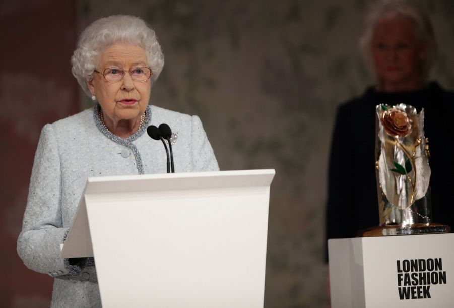 La Reine Elizabeth II À La Fashion Week De Londres Pour La Première Fois 23