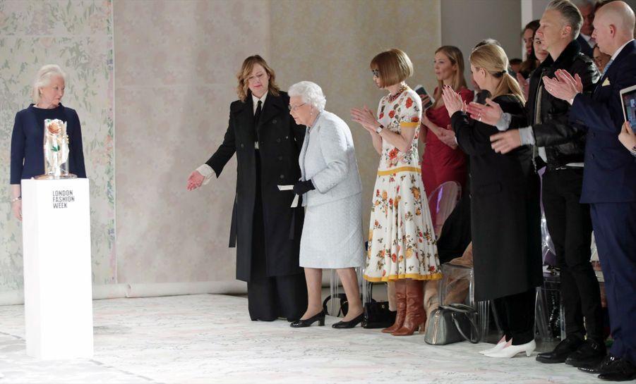 La Reine Elizabeth II À La Fashion Week De Londres Pour La Première Fois 24