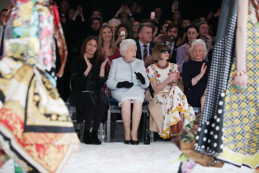 La Reine Elizabeth II À La Fashion Week De Londres Pour La Première Fois 25