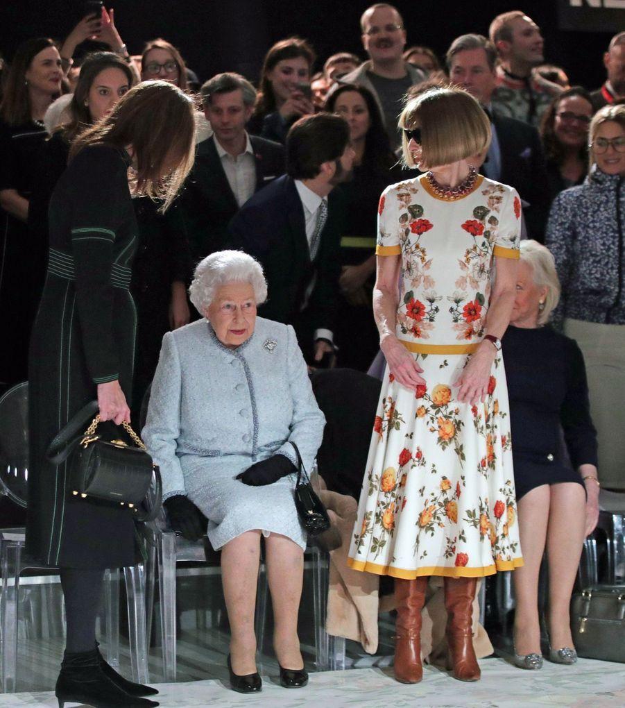 La Reine Elizabeth II À La Fashion Week De Londres Pour La Première Fois 26