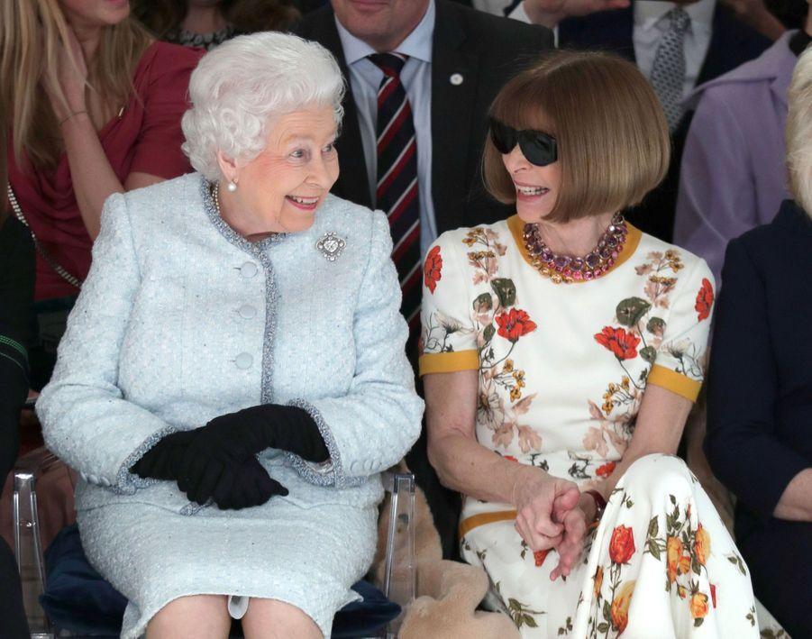 La Reine Elizabeth II À La Fashion Week De Londres Pour La Première Fois 27