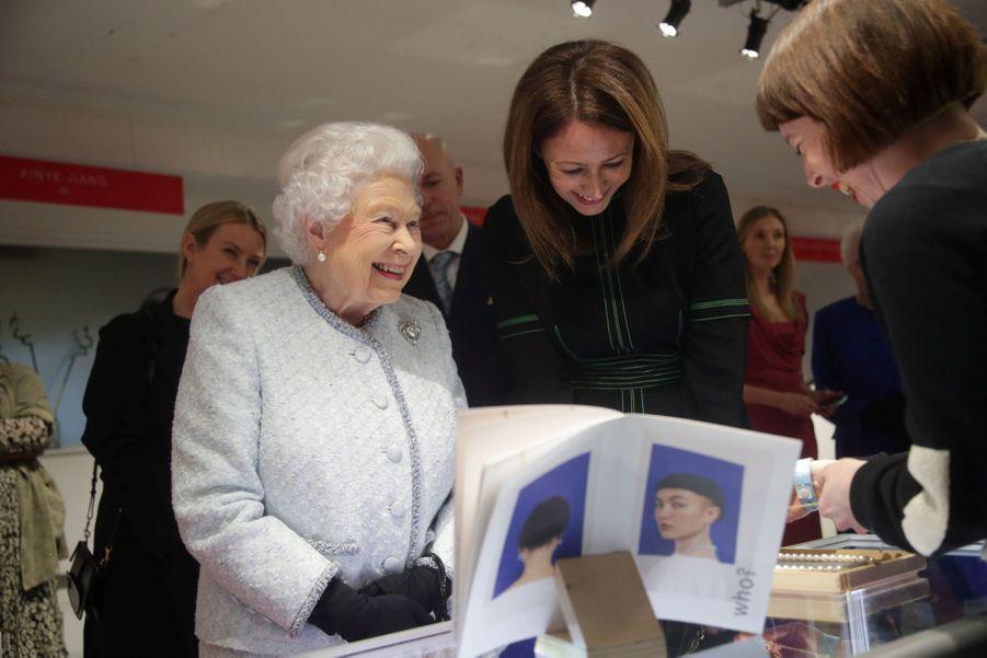 La Reine Elizabeth II À La Fashion Week De Londres Pour La Première Fois 28