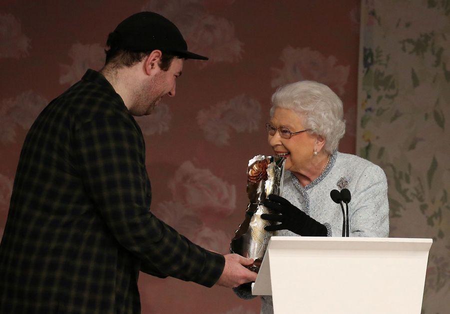 La Reine Elizabeth II À La Fashion Week De Londres Pour La Première Fois 3