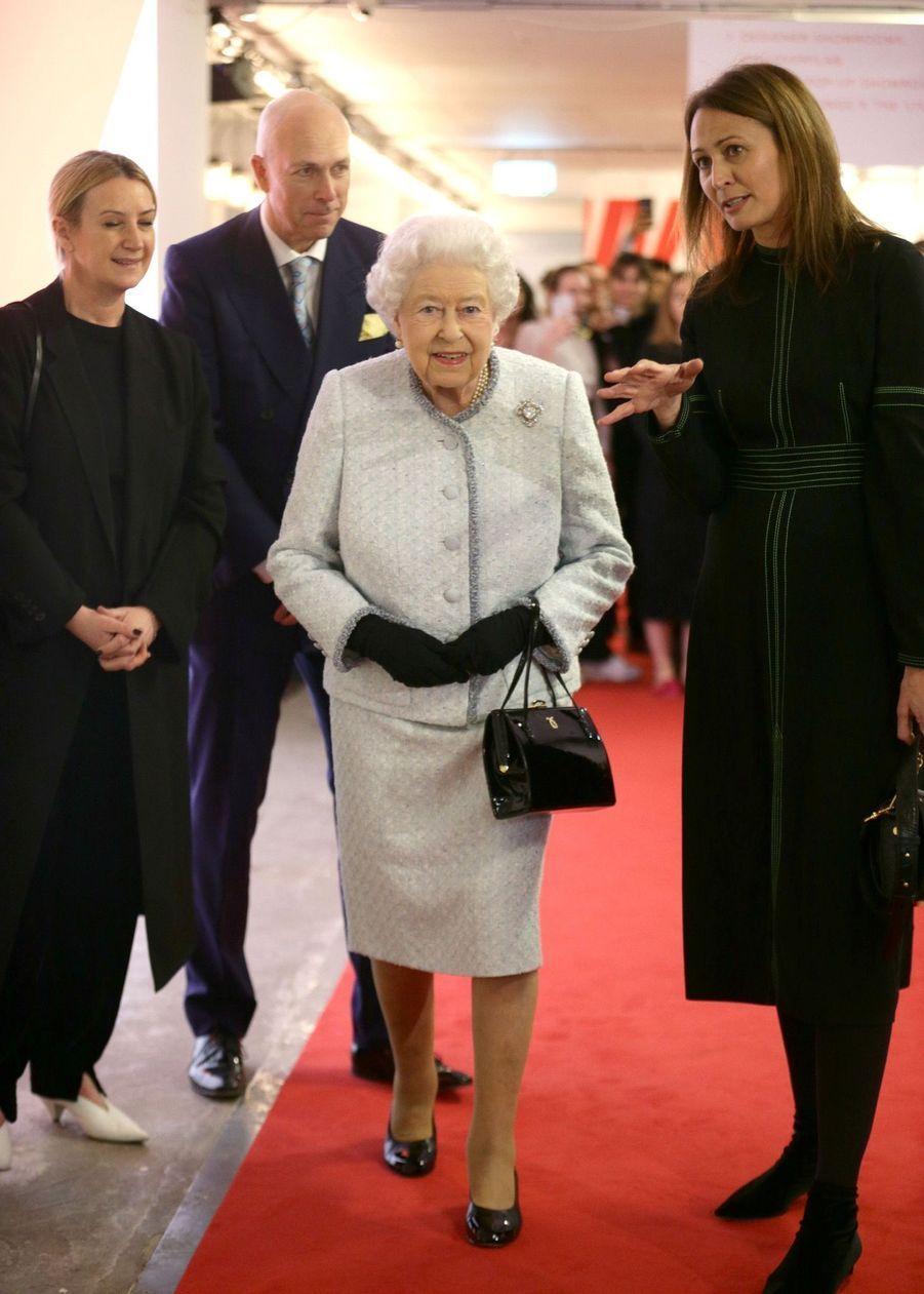 La Reine Elizabeth II À La Fashion Week De Londres Pour La Première Fois 30
