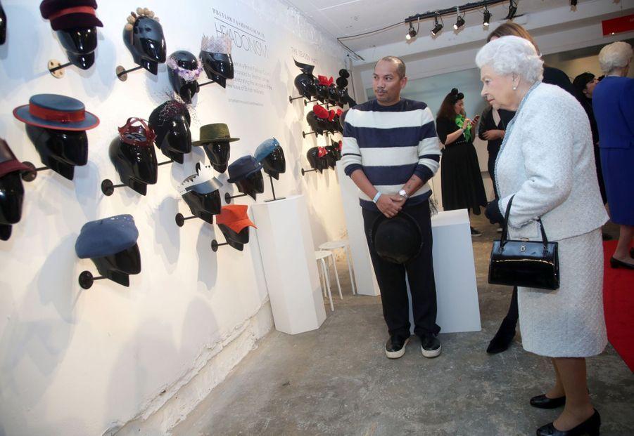 La Reine Elizabeth II À La Fashion Week De Londres Pour La Première Fois 31