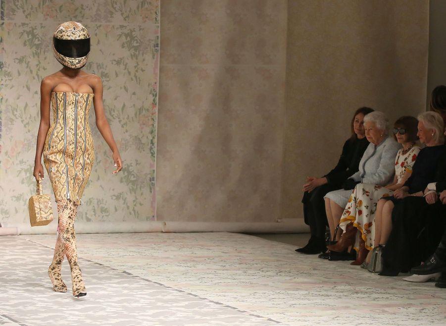 La Reine Elizabeth II À La Fashion Week De Londres Pour La Première Fois 32