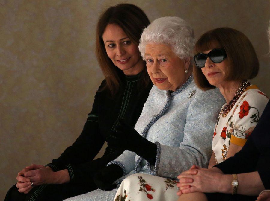La Reine Elizabeth II À La Fashion Week De Londres Pour La Première Fois 34