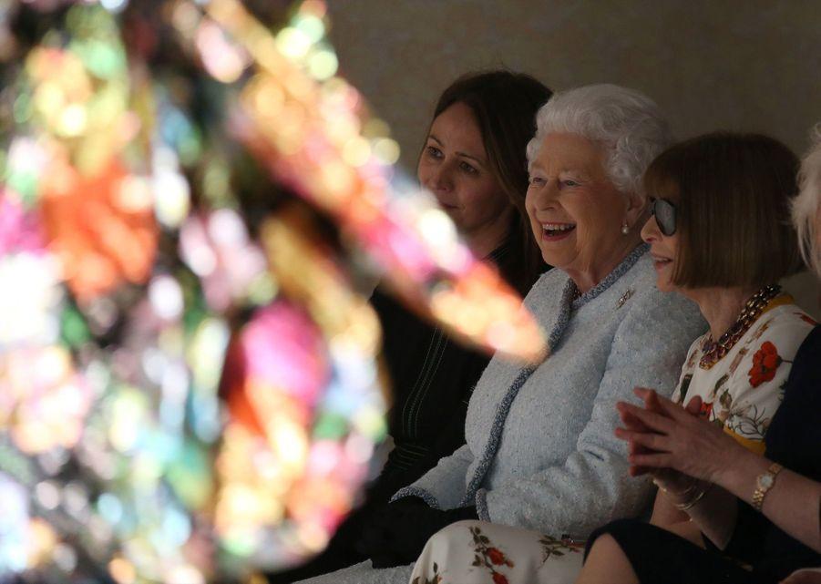 La Reine Elizabeth II À La Fashion Week De Londres Pour La Première Fois 35