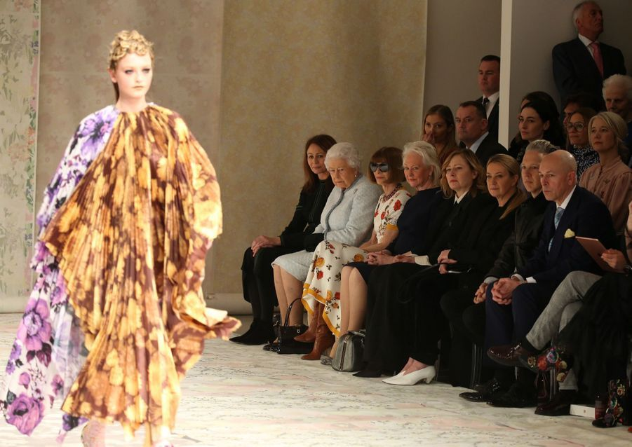 La Reine Elizabeth II À La Fashion Week De Londres Pour La Première Fois 36