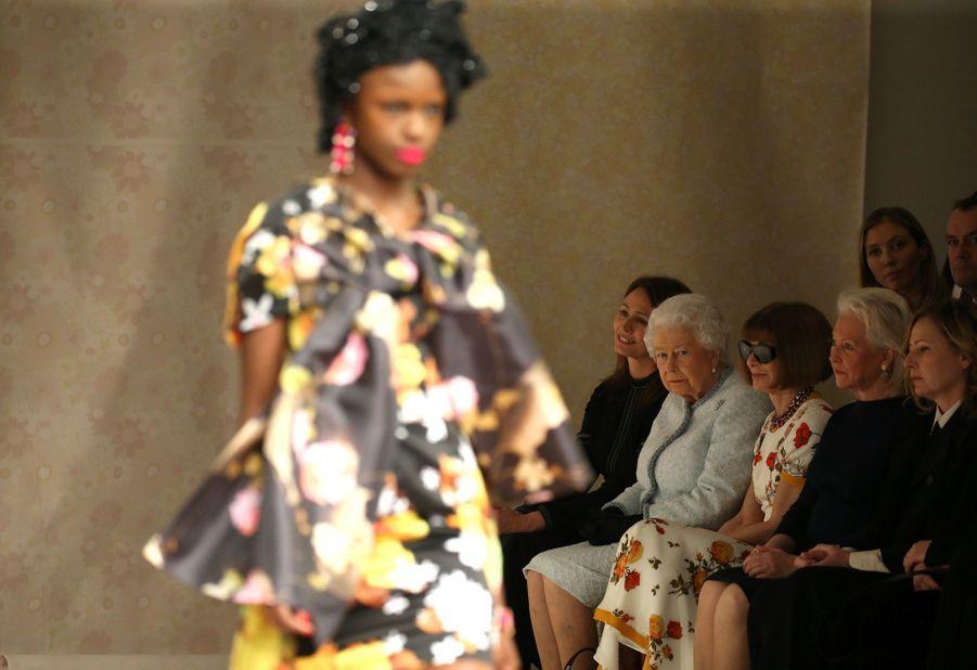 La Reine Elizabeth II À La Fashion Week De Londres Pour La Première Fois 37