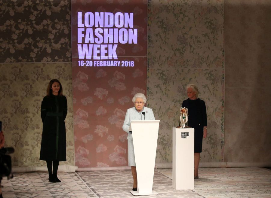 La Reine Elizabeth II À La Fashion Week De Londres Pour La Première Fois 5