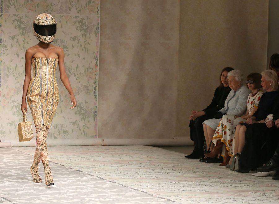 La Reine Elizabeth II À La Fashion Week De Londres Pour La Première Fois 7
