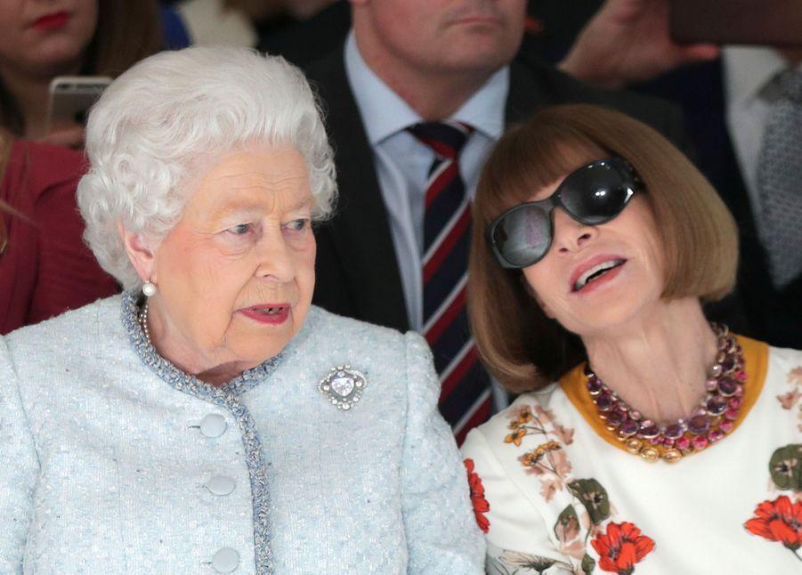 La Reine Elizabeth II À La Fashion Week De Londres Pour La Première Fois 9