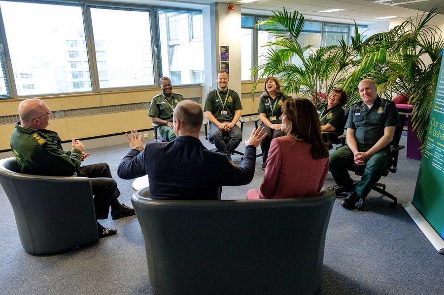 Le duc et la duchesse de Cambridge lors de leur visite dans un centre d'appels duNational Health Service, jeudi, à Londres