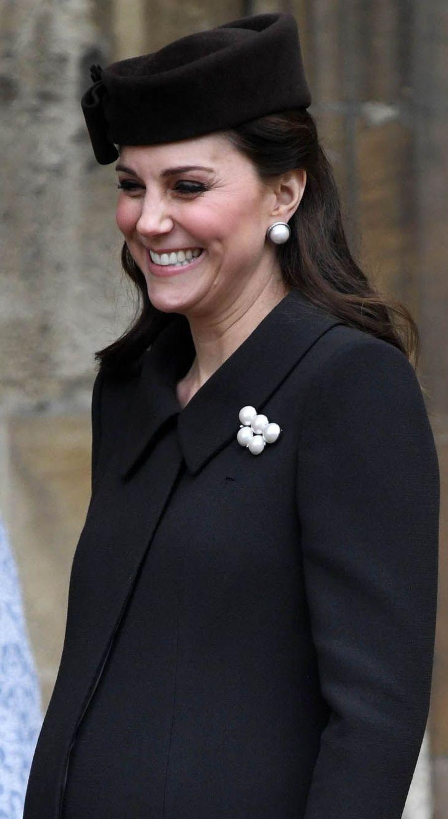 Enceinte de huit mois, la duchesse Kate a assisté auprès du prince William à la traditionnelle messe de Pâques.