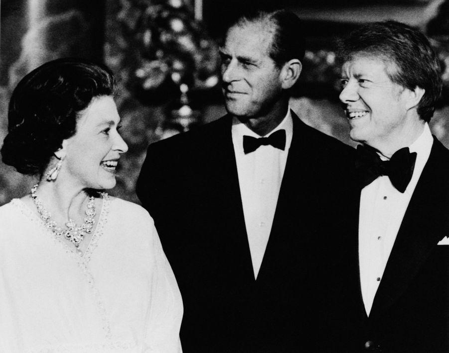 La reine Elizabeth II avec le président des Etats-Unis Jimmy Carter à Buckingham Palace, le 10 mai 1977